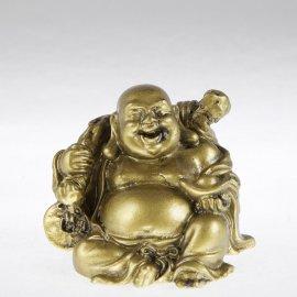 zlatý smejúci sa budha sediaci na ingote