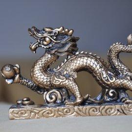 zlatý drak s perlou múdrosti a bohatstva
