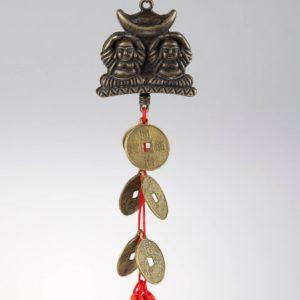 ochranný čínsky prívesok s mincami a dvoma Budhami, držiacimi nad sebou zlatý ingot