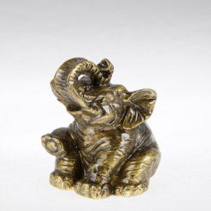 sediaci slon pre šťastie s chobotom hore