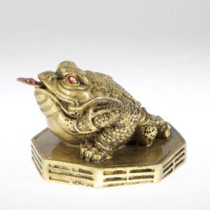 zlatá žaba s mincou na podporu bohatstva