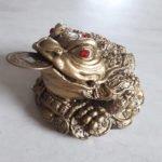 Zlatá žaba s ingotom a mincami